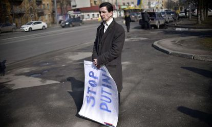 Un hombre protesta contra Putin ante la Embajada rusa en Kiev, el viernes.
