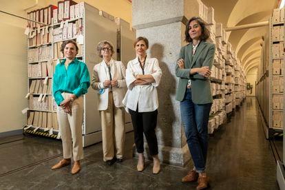 De izquierda a derecha, María de Inclán, Virginia García de Paredes, Elena Serrano y Patricia Alonso, en el Archivo del Banco de España.
