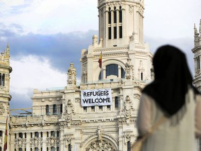 Pancarta colocada por el Ayuntamiento de Madrid en agosto de 2015 en la fachada del Palacio de Cibeles con la leyenda 'Refugees Welcome' (Bienvenidos, refugiados).