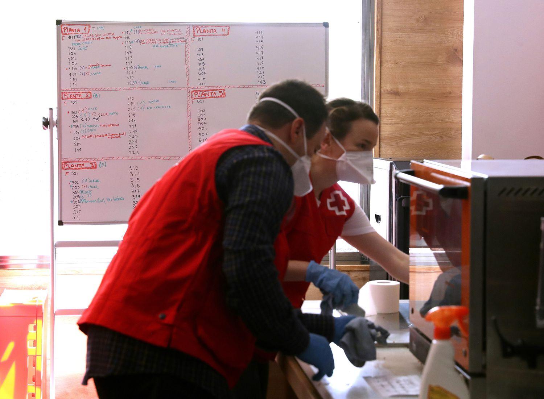 23/04/20. (DVD 998). Reportaje sobre el hotel Holiday Inn Madrid-Las Tablas, gestionado por Cruz Roja y que acoge a   personas sin hogar infectadas por coronavirus. En la imagen, la cocina del hotel.  Jaime Villanueva.