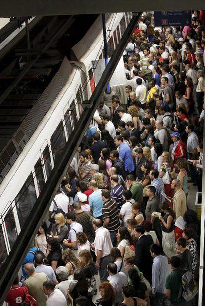Una multitud aguarda a subir a un tren en el andén en la primera jornada de huelga en Metro.