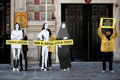 Varios activistas de Amnistía Internacional protestan contra las detenciones de feministas saudíes el 8 de marzo ante la Embajada de Arabia Saudí en París.