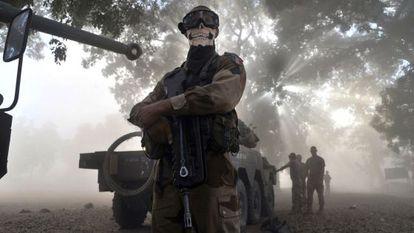 El soldado francés, cubierto con un pañuelo con forma de calavera.