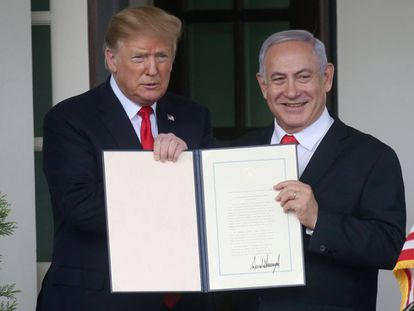Trump y Netanyahu muestran el reconocimiento estadounidense de la anexión israelí de los Altos del Golán.