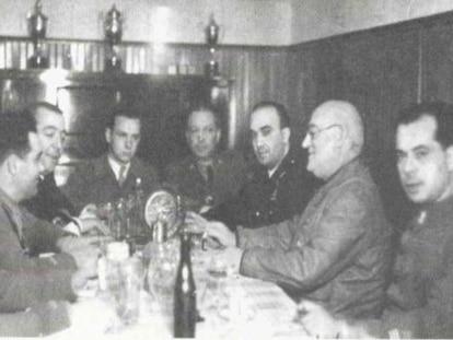 El ingeniero Fernando Rodríguez (al centro) en la mesa con el general Miaja en 1936 en el interior del búnker de la Junta de Defensa del Ministerio de Hacienda. En video, Carmen Tagüeña y Fernando Rodríguez dialogan sobre la huella del éxodo español en abril de 2016.