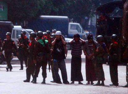 Soldados birmanos bloquean las calles de Yangon, para impedir las manifestaciones.