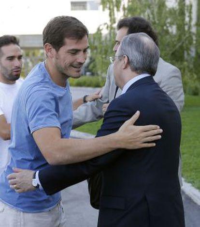 Casillas saluda a Florentino Pérez el pasado jueves.