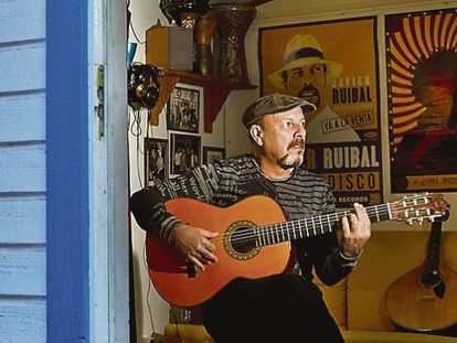 El cantante Javier Ruibal el año pasado en el estudio de su casa de El Puerto de Santa María, Cádiz.