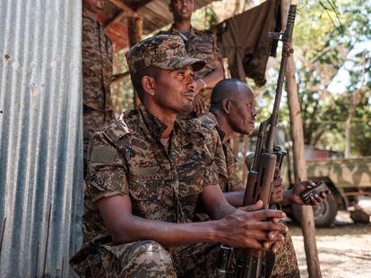Soldados etíopes en un momento de descanso el miércoles 25 de noviembre en la región de Tigray.