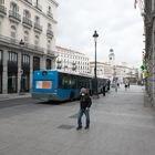 Una persona con mascarilla anda por la calle Calle Alcalá junto a la turística Puerta del Sol madrileña vacía durante el estado de alarma decretado por el coronavirus, en Madrid (España), a 16 de marzo de 2020. POLÍTICA;GOBIERNO;CONGRESO;CÁMARA BAJA;CORONAVIRUS;COVID-19 Joaquin Corchero / Europa Press 16/03/2020