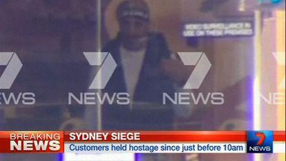 Captura de la televisión australiana que muestra al hombre que la policía ha señalado como uno de los sospechosos.