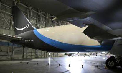 La cola del avión de Amazon, con el logotipo de la empresa