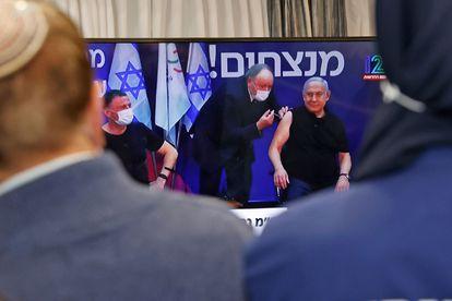 El primer ministro de Israel, Benjamín Netanyahu, recibe la inmunización de Pfizer.