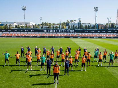 Los jugadores del Valencia, con Diakhaby al frente, protestan contra el racismo.