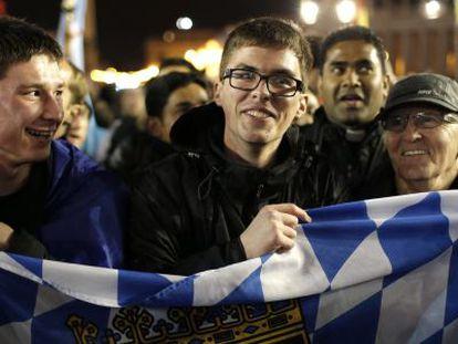 Feligreses celebran el miércoles la elección del papa Francisco en la Plaza de San Pedro, en el Vaticano