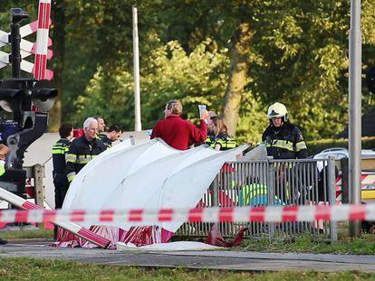 Los servicios de emergencia holandeses, tras el accidente en un paso a nivel en el que han muerto cuatro menores el 20 de septiembre de 2018.