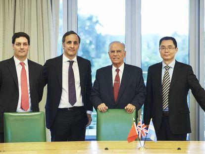 Juan Martín Bulgheroni, Marcos Bulgheroni, Alejandro Bulgheroni y el representante de Cnooc en Bridas, Yongjie Liu.