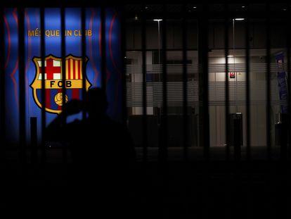 Un aficionado, en las puertas de las oficinas del FC Barcelona tras conocerse que Messi no seguirá en el club.