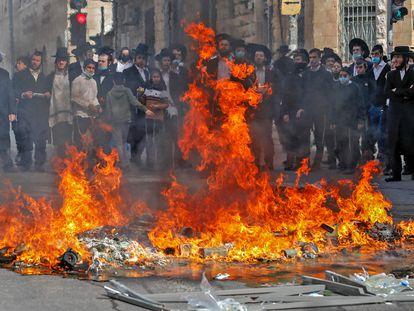 Protesta de ultraortodoxos contra el confinamiento, el martes en Mea Shearim, en Jerusalén.