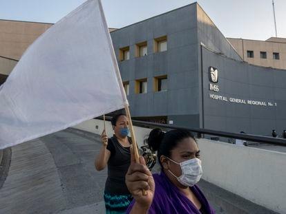 Integrantes de una iglesia evangŽlica rezan y bendicen a las afueras del hospital regional numero1 de la ciudad de Tijuana, MŽxico el d'a 28 de abril de 2020. Tijuana a sido declarada como uno de los puntos cr'ticos de contagios de COVID-19, la ciudad ocupa el segundo lugar en el pa's, solo superado por la Ciudad de MŽxico y hasta el momento el registro de muertes en el estado es de 215 siendo Tijuana el lugar que m‡s reporta.