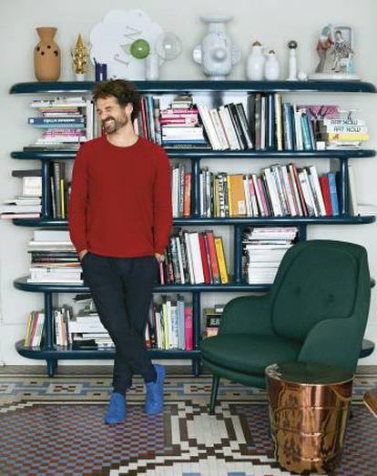 Jaime Hayon posa en su estudio valenciano. La butaca es el modelo Fri para Fritz Hansen y la mesita pertenece a su serie Game On para Galerie Kreo.