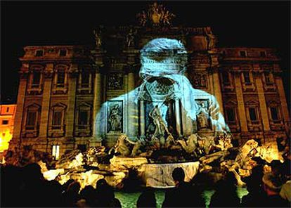 'La Dolce Vita' proyectada en la Fontana de Trevi, en Roma, con motivo de la fiesta 'la noche en blanco' antes de que se produjera el apagón.