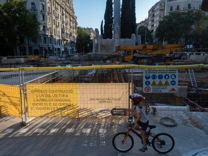 Obras en la avenida Diagonal de Barcelona, a la altura del paseo de Sant Joan, el pasado viernes.