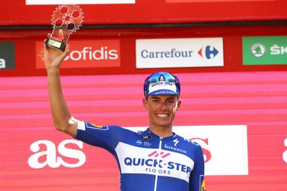 Enric Mas, con el trofeo de mejor joven de la Vuelta.