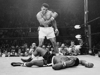 El 25 de mayo de 1965 el campeón Muhammad Ali, en ese momento conocido como Cassius Clay, se para frente al derrotado Sonny Liston.