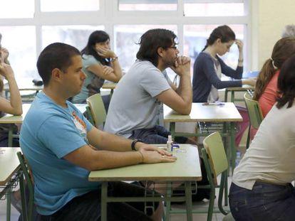 Aspirantes a las plazas de maestro, poco antes de comenzar el examen en el Instituto Ramiro de Maeztu.