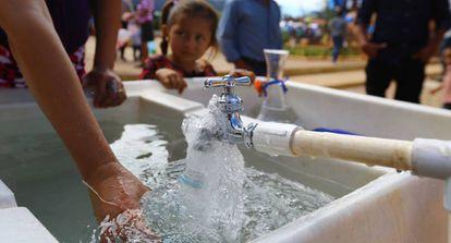 Recogida de agua potable en una zona rural de Honduras.