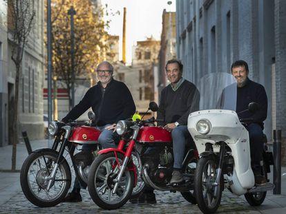 Xavier de la Presa, Santi Ruiz y Pep Itchart, miembros del Club Impala, en Poblenou.