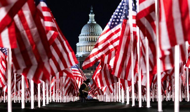 Una persona pasa entre las 200.000 banderas instaladas frente al Capitolio, un día antes de que Joe Biden jurara como nuevo presidente de Estados Unidos.