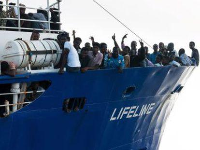 Matteo Salvini rechaza la entrada de otro barco con 224 inmigrantes a bordo y pide al primer ministro, Giusepp Conte, que no asista a la minicumbre de Bruselas el domingo