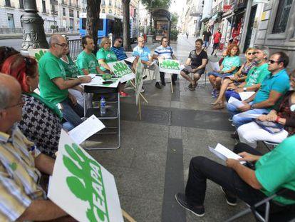 Miembros de la confederación de asociaciones de padres de la pública  (Ceapa)  en una reunión protesta frente al ministerio.