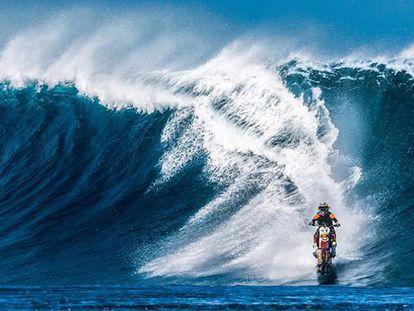 Así se cogen las olas gigantescas de Tahití con una moto de motocross