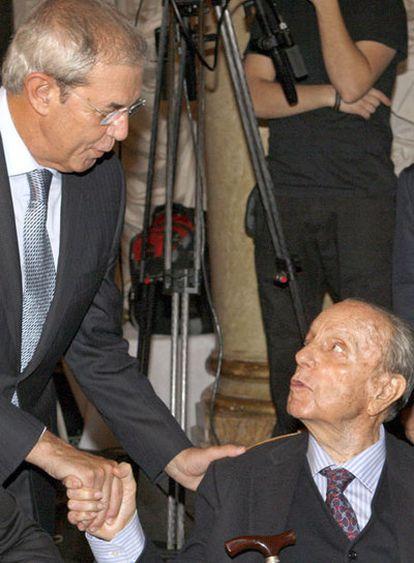 El presidente de la Xunta de Galicia, Emilio Pérez Touriño, saluda al presidente fundador del PP, Manuel Fraga, en el desayuno informativo organizado hoy por Nueva Economía Fórum.