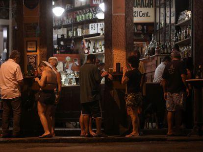 La clientela a las puertas de un bar en Río de Janeiro este lunes pese al aumento de casos.