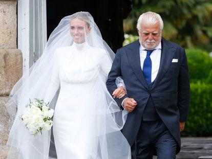 La novia, Lucía Bárcena, junto a su padre, el abogado Ramón Bárcena, a su llegada a la ceremonia la tarde del sábado 24.