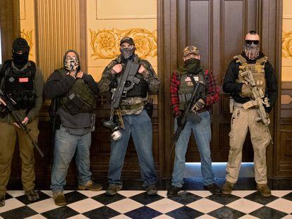 Un grupo de manifestantes armados, en el Capitolio estatal de Michigan, el jueves.