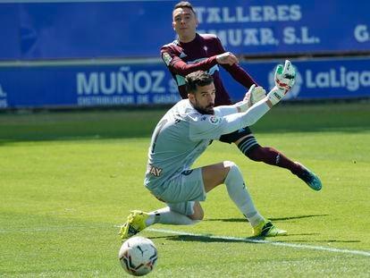 Iago Aspas supera a Pacheco en el segundo gol del Celta este domingo en Mendizarroza.
