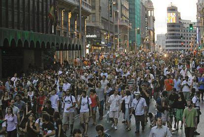 Cientos de personas marchan a la caída de la tarde por la Gran Vía, cortando la calle, después de que la policía les impidiera acceder a la Puerta del Sol.