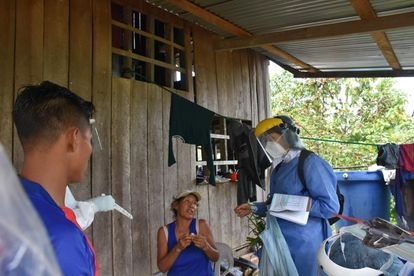 Una epidemióloga haciendo una visita de rastreo de la covid-19 en una zona rural de Colombia.