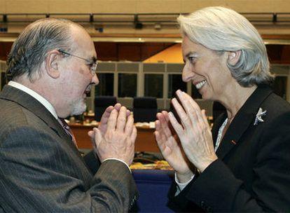 Solbes habla con la ministra de Economía de Francia, Christine Lagarde, ayer durante el Ecofin en Praga.
