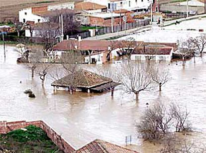 Casas inundadas por el desbordamiento del Pisuerga, ayer en Valladolid.