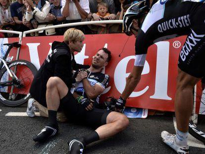 Cavendish, dolorido tras la caída en la primera etapa del Tour 2014.
