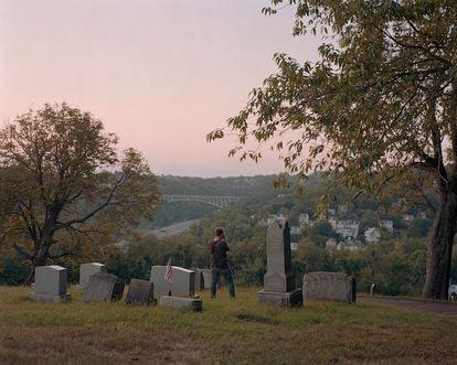 Alec Soth y Ed Panar, Pittsburgh, 2019. Una foto en un cementerio que incluye 'Photo No-Nos: Meditaciones sobre lo que no fotografiar'. (Aperture, 2021).