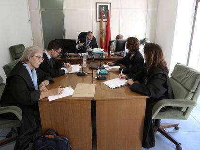Al fondo, el juez José María Ortiz Aguirre, se dirige a una abogada