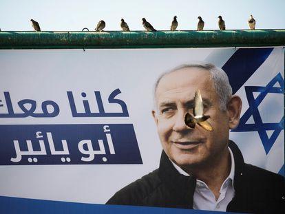 Cartel electoral del partido Likud con la leyenda en árabe 'Estamos todos contigo, Abu Yair', en Nazaret (norte de Israel).