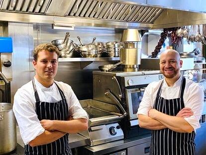 Pablo Rodríguez, a la izquierda, y David Herrera, del restaurante Escocesa, en Londres.